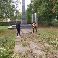 Прибирання братської могили. Вересоцький ЗЗСО І-ІІІст.