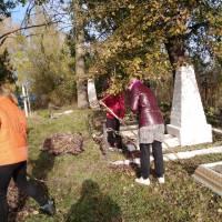 Прибирання на кладовищі могил невідомих солдатів. С.-Дівицький ЗЗСО І-ІІІст
