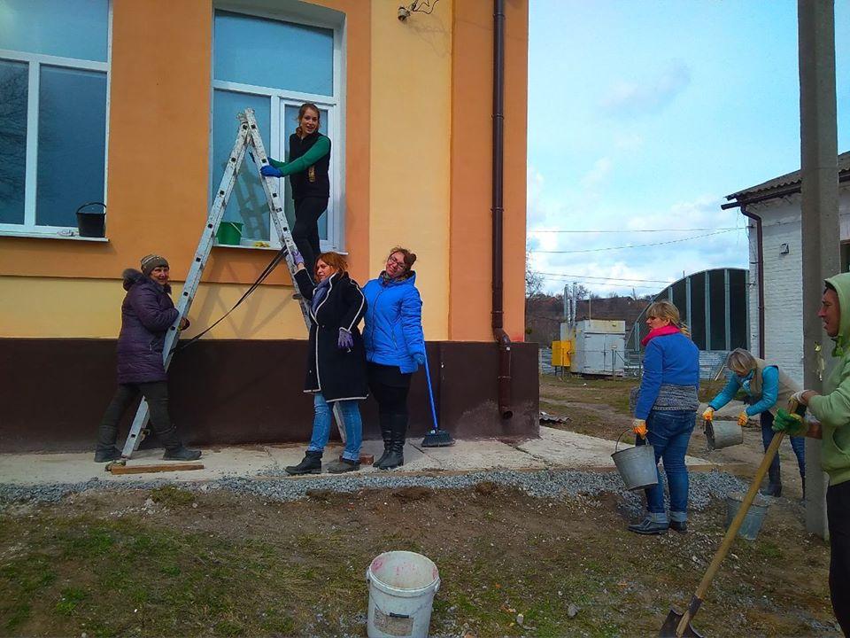 """Фахівці Краснокутського інклюзивно-ресурсного центру чепурять територію навколо будівлі, долучившись до Всеукраїнської акції """"За чисте довкілля""""."""
