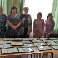 Директори закладів освіти отримали сертифікати для нагородження своїх учнів.